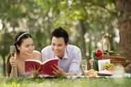 草地看书的情侣图片