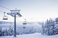 冬日雪地缆车图片