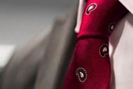 红色领带局部图片