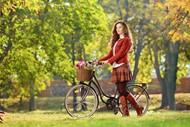 草地单车美女写真图片