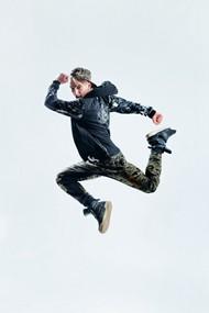 激情跳跃的帅哥图片