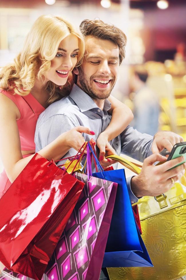 温馨购物情侣图片