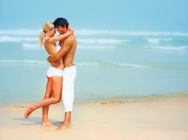 海边浪漫情侣亲吻图片