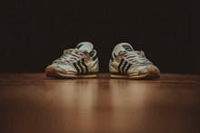 白色运动休闲鞋高清图