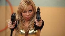 美女霸道拿枪图片
