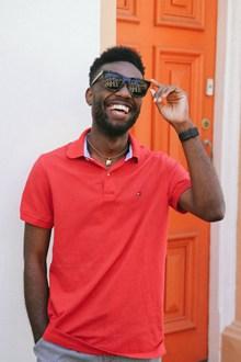 黑皮肤男人开心笑容图片
