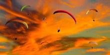 傍晚滑翔伞飞行风景图片下载