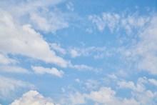 蔚蓝天空飘云背景高清图片