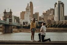 男士单膝下跪求婚图片