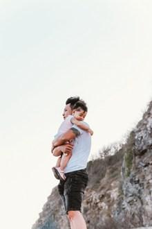 纹身爸爸抱孩子高清图
