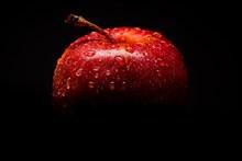 红色苹果黑色背景图片下载