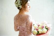 亚洲捧花新娘背影高清图