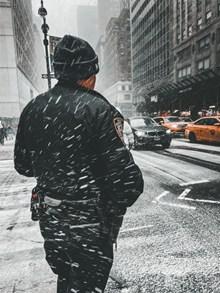 警察雪中背影图片