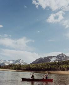 湖面泛舟高清图片