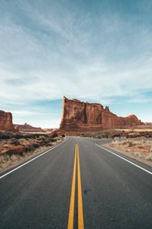 笔直柏油公路路面图片