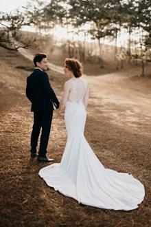 牵手的情侣背影婚纱摄影高清图片