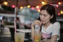 喝果汁的女人图片