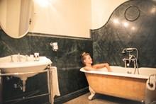 躺在浴缸里洗澡的女人精美图片