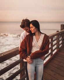 海边恩爱情侣写真图片素材