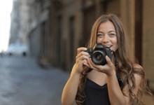 拿着相机拍照的女生图片素材