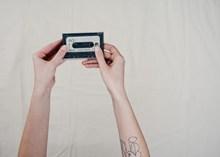双手拿老式磁带图片大全