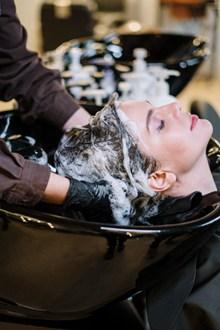 美女理发店洗头图片下载