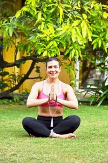 盘腿瑜伽美女图片