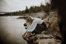 水边美女身影精美图片