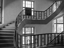 蜿蜒楼梯黑白高清图片