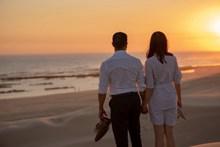沙滩上的情侣背影高清图