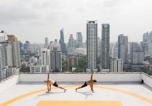 男人户外双人瑜伽高清图