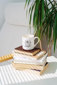 咖啡杯和书籍高清图