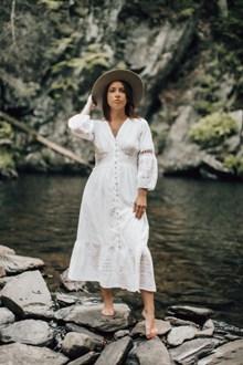 白色长裙美女写真图片下载