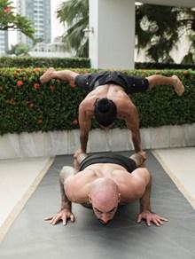 双人瑜伽俯卧撑精美图片