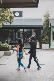 街拍牵手逛街情侣图片下载