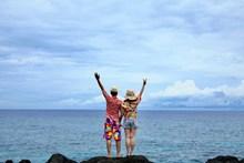 海边度假情侣背影图片下载