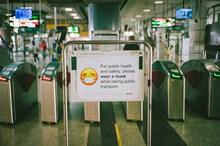 地铁口佩戴口罩英文提示语高清图片