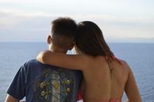 情侣勾肩搭背看海背影精美图片