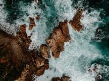 浪花拍打礁石图片大全