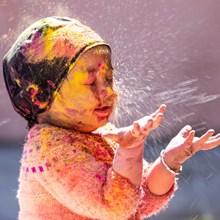 小孩子玩耍颜料图片素材