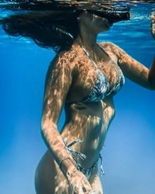 穿比基尼潜水的美女图片