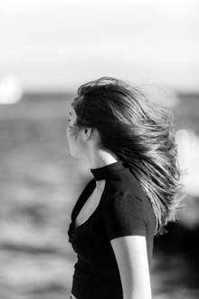 唯美黑白风侧颜美女高清图