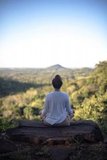 山上盘腿打坐瑜伽高清图