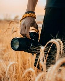 手持黑色摄影机高清图片