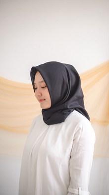 围着黑色头巾的亚洲美女图片