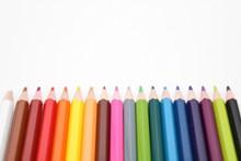 整齐排放的彩色铅笔图片