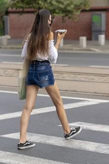 街拍牛仔短裤美女精美图片