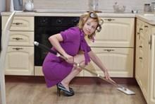 拖地做家务的美女图片素材