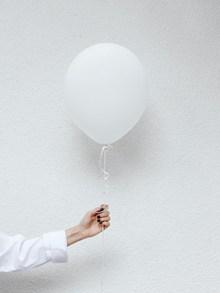 手持白色气球图片大全