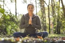 美女树林练瑜伽图片